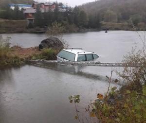 auto-u-jezeru