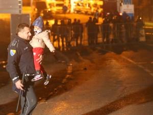 migranti-granicna-policija-dijete-Foto-Sinisa-Pasalic