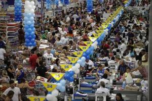 Thousand of people swarm supermarket, take advantage of discounts in Rio de Janeiro