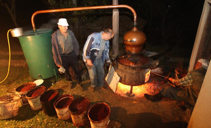 Lažni EVRI za 130 litara rakije. Domaćin očajan – slučaj prijavio policiji