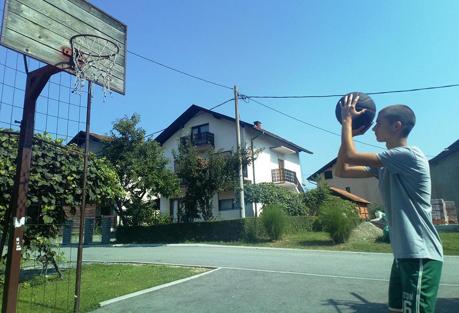 David Vojvodić, talentovani sportista iz Prnjavora: Vježba košarku u dvorištu i mašta o velikim uspjesima