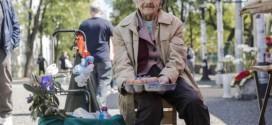 U devetoj deceniji, na ulici, Živana prodaje ŠARENA JAJA ZA VASKRS (FOTO)