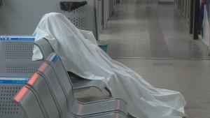 mrtav-covek-sedi-na-autobuskoj-stanici1-foto-printskrin-tv-sitel-620x350