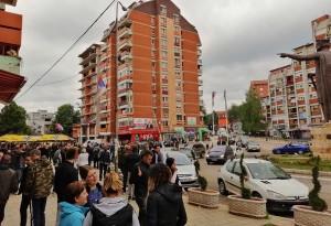 Косовска Митровица - грађани на Трг