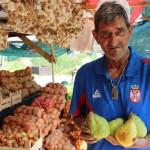 Miroslav-Sucur-pokazuje-kruske-iz-Jablanice-foto-Milan-Pilipovic