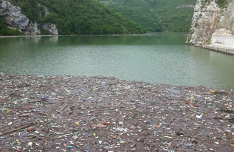 PLASTIKA, AUTOGUME, FRIŽIDERI U jezeru Bočac pluta 12.000 metara kubnih OTPADA